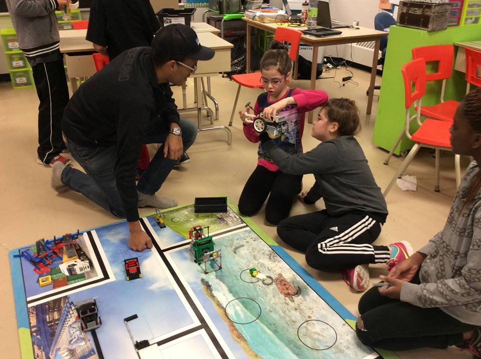 Unir les écoles primaires, la robotique et les universités contre le décrochage scolaire